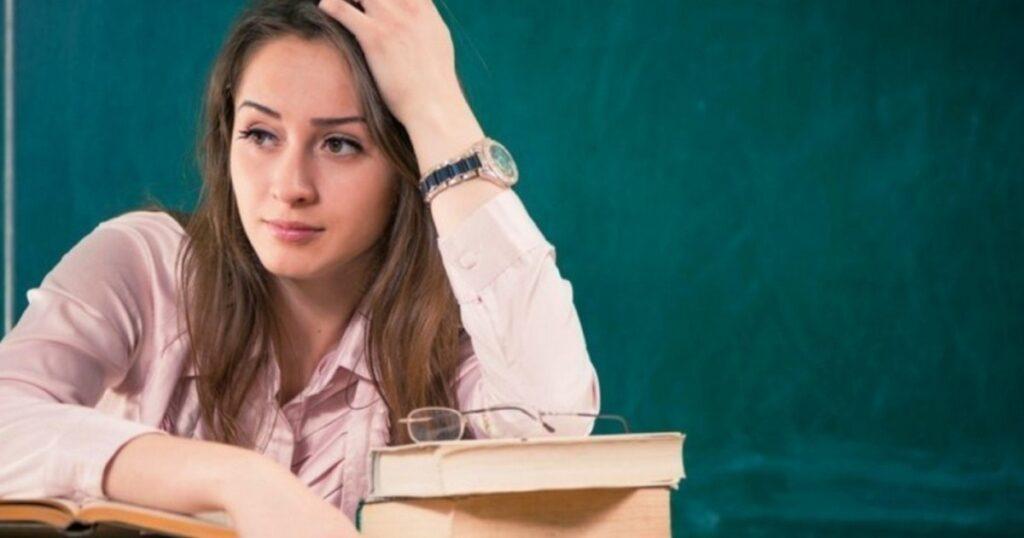 Правдивый рассказ учительницы: Мне двадцать три года. Старшему ученику - шестнадцать. Я его боюсь